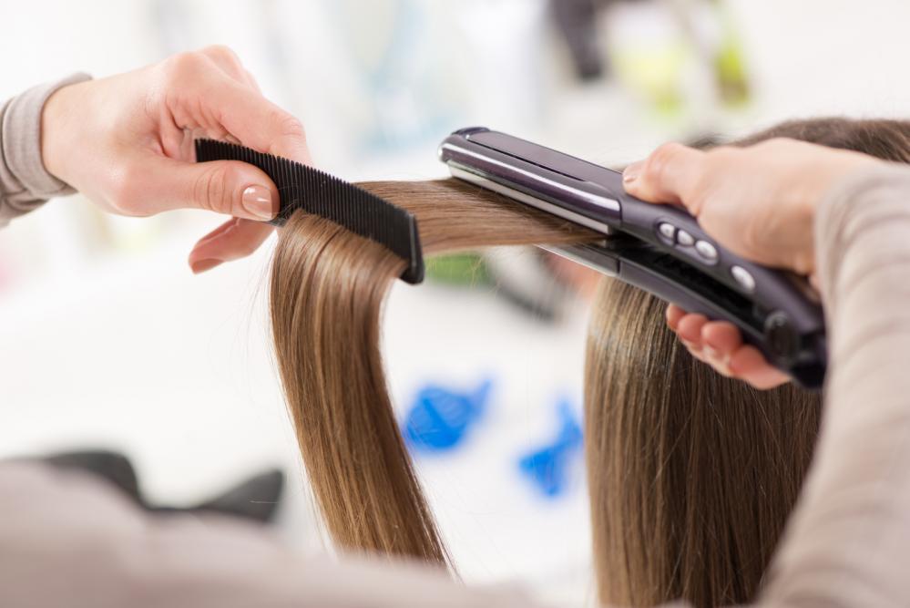 Cum să-ți îndrepți părul cu placa fără să-l arzi?