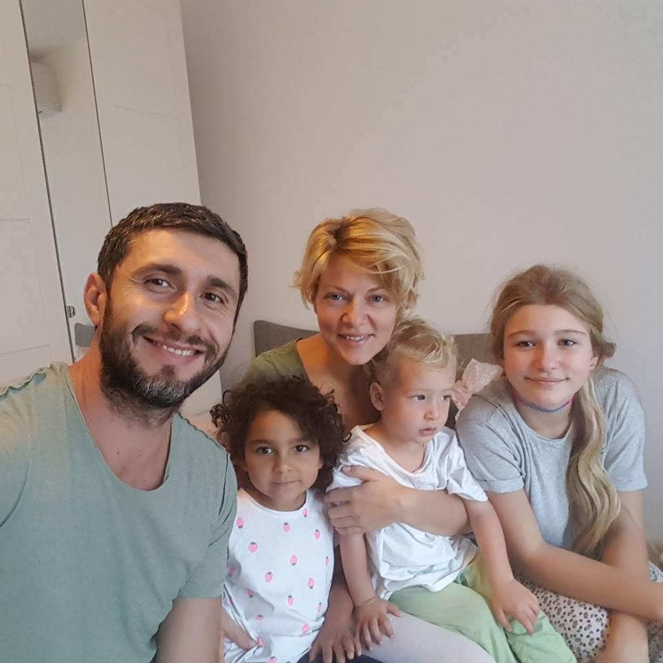 """Dragoş Bucur şi Dana Nălbaru folosesc metoda Montessori în educaţia copiilor. """"Independenţi şi fericiţi"""""""