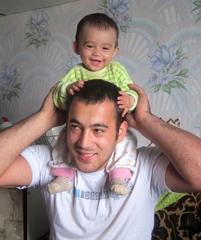 Un tată îşi creşte singur fiica, după ce mama a plecat de acasă. Merită să le întidem o mână de ajutor!