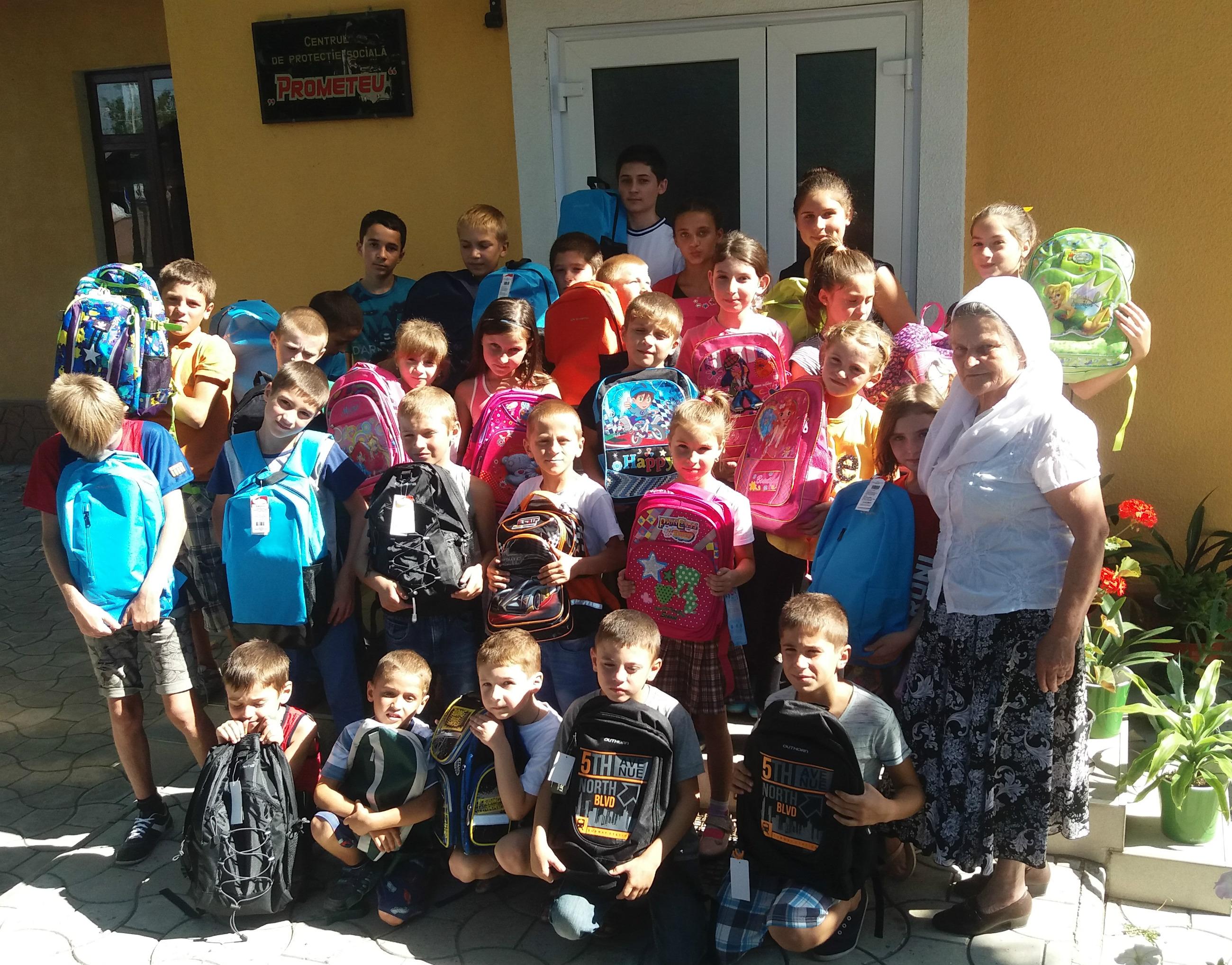 """Copiii de la Centrul de Protecţie Socială """"Prometeu"""" au primit ghiozdane în care aveau toate rechizitele necesare"""