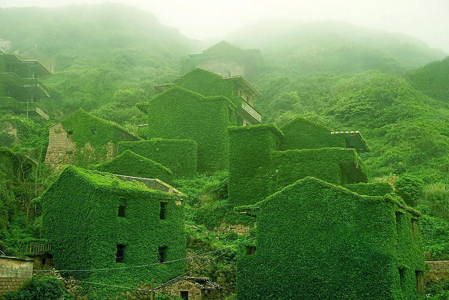 Natura a pus stăpânire pe un sat abandonat din China. Imagini splendide!