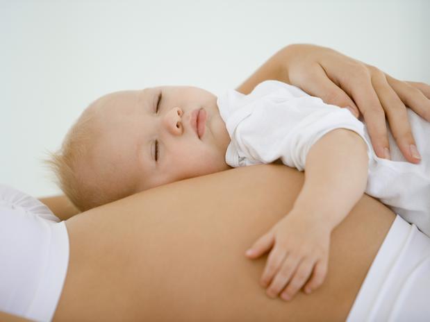 De ce este importantă punerea copilului pe burta mamei imediat după naştere
