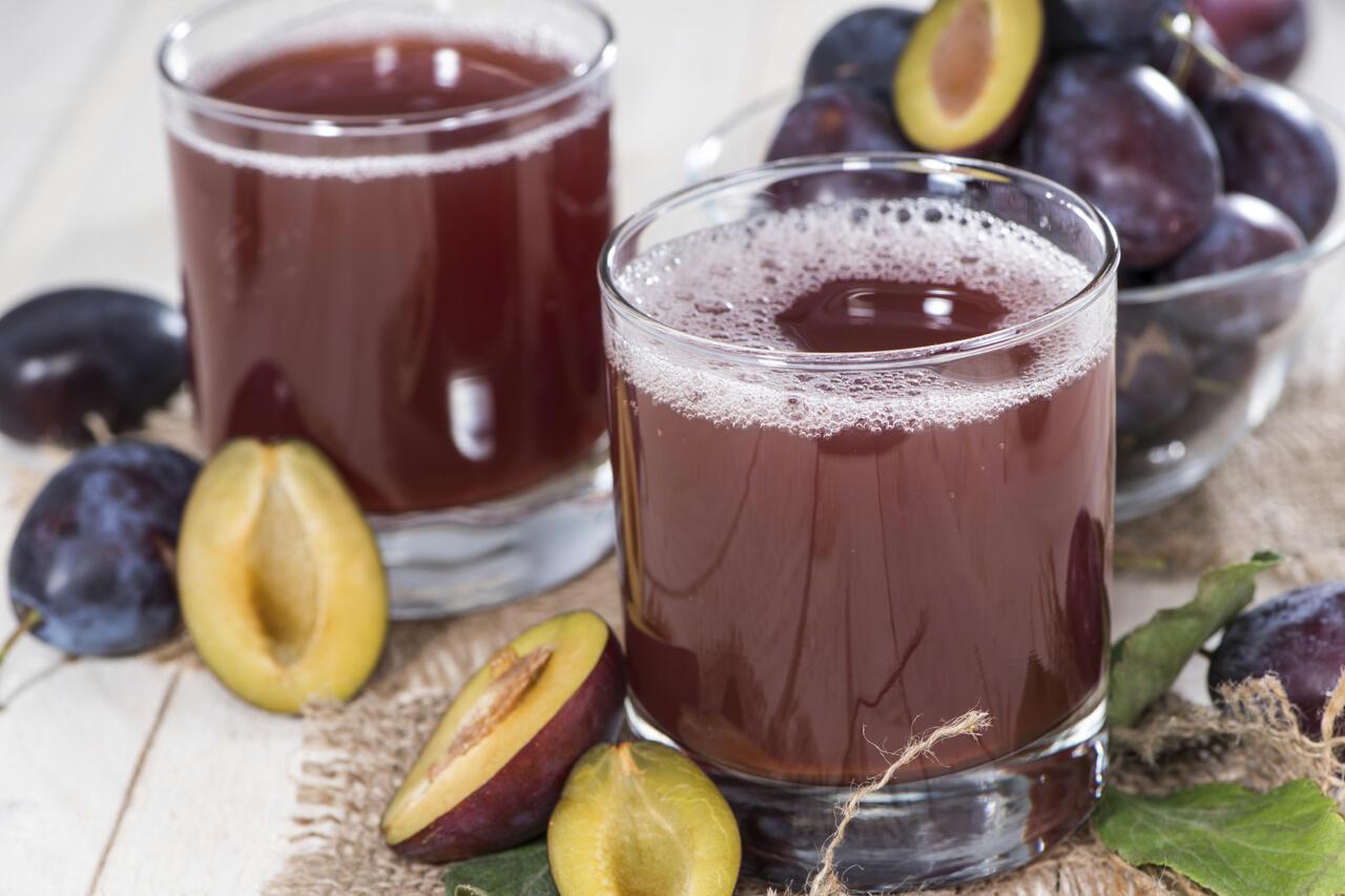 Sucul de prune tratează problemele digestive și protejează inima