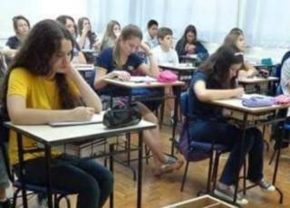 VEZI ce metodă INGENIOASĂ au găsit elevii de la un liceu din Șoldănești pentru a-și păstra telefoanele mobile în timpul orelor
