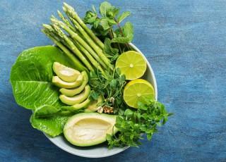 REȚETĂ: Salată de quinoa, avocado, mentă și piersici grill