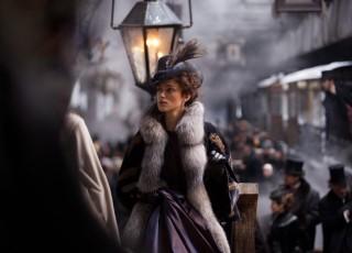 """La Londra au fost expuse costumele din filmul """"Anna Karenina"""""""